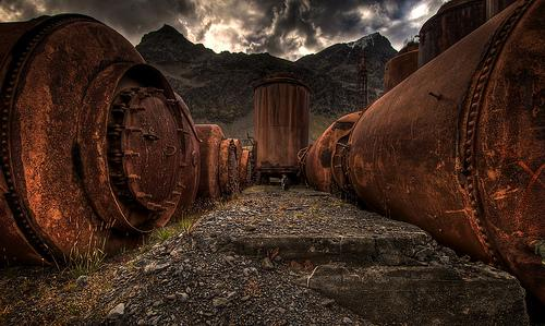 Abandoned oil tanks (image by wili hybrid)
