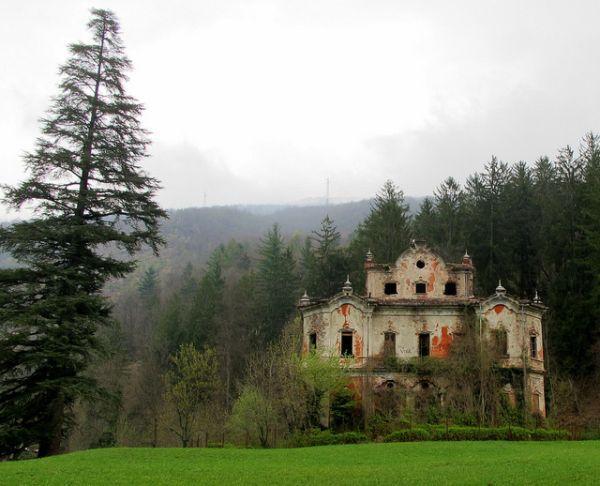 villa-de-vecchi-ghost-mansion-2