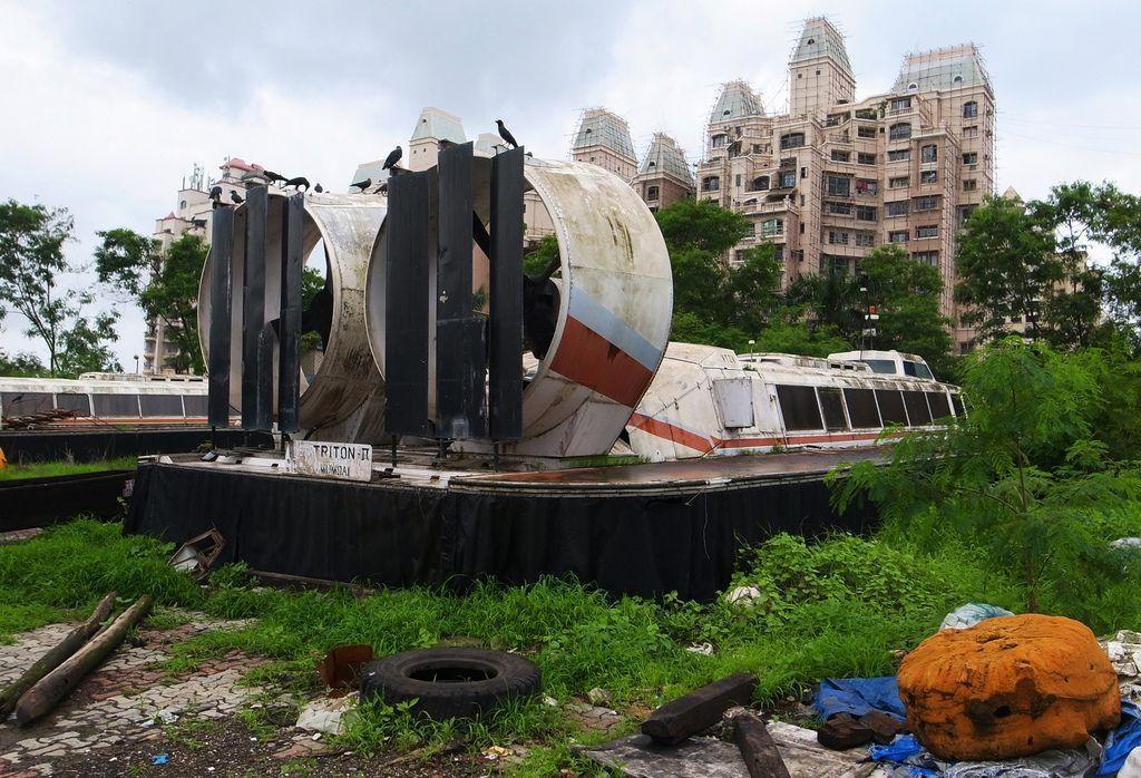 abandoned-hovercraft-Belapur-India-2