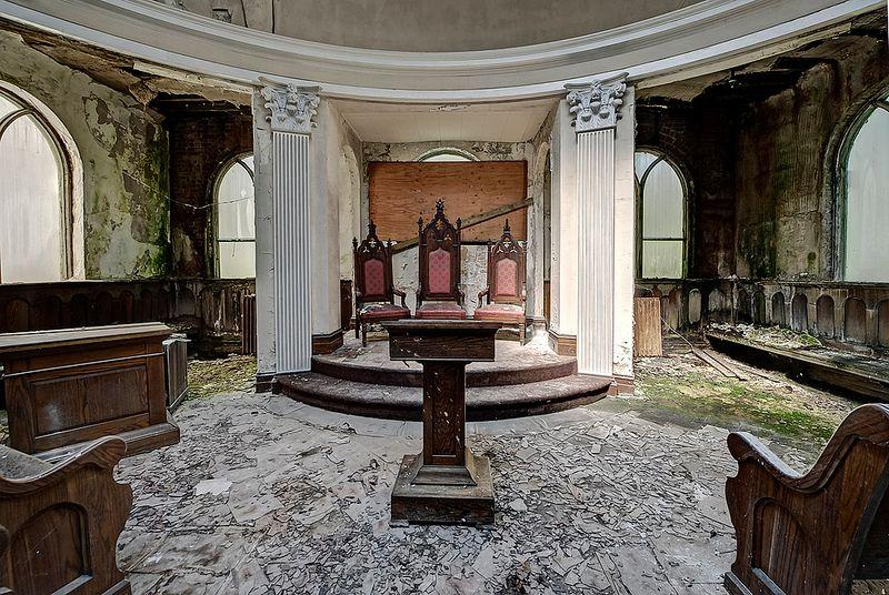 Urbex Photographer Documents an Abandoned Masonic Temple